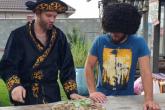 Блогер Фима Иванов қазақша сөйлеп тұрып, ет асудың қыр-сырын көрсетті (ВИДЕО)