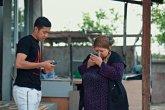 «Мұндайды ешкім жасамаған»: блогер көшеде танымайтын адамдардың несиесін төлеп берді (ВИДЕО)
