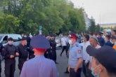 «Қаладан кетсін»: Қарағандыда жиын өткізбек болған ЛГБТ мүшелерін тұрғындар қуып шықты (ВИДЕО)