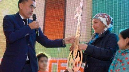 «Харекет» қайырымдылық қоры Түркістан облысында тұратын 6 баланың анасына пәтер сыйлады