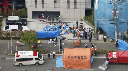 Автобус аялдамасындағы шабуыл: Жапонияда белгісіз азамат 19 адамға пышақ жарақатын салды