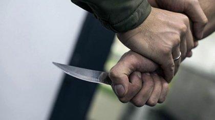 Жезқазғандық ер адам қолында баласы бар әйелді соққыға жығып, полицейге пышақ салған