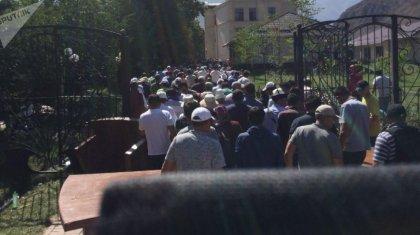 «Гранаталар жарылып жатты»: Атамбаевтың үйіне екінші шабуыл басталды (ВИДЕО)
