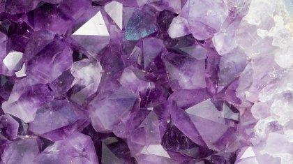 Армяндық қыздың көзінен жаспен бірге кристалл түседі