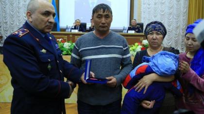 Біреудің отбасы үшін жанын қиған полицейдің жанұясына пәтер берілді