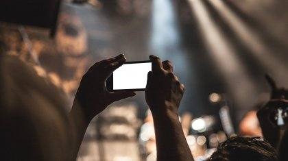 «Маймыл қалпында қалыпты»: халық әртісі концертке келген балалы әйелді залдан қуып шықты (ВИДЕО)