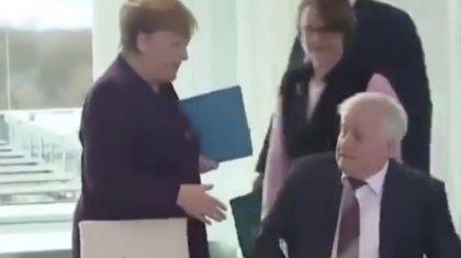 Коронавирустан қатты сақтанған неміс министрі Ангела Меркельмен де қол алыспай қойды (ВИДЕО)
