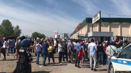 «1,5 айға төлегенбіз, ақшасы әлі ақталған жоқ»: Елордада орталық базар сатушылары наразылыққа шықты