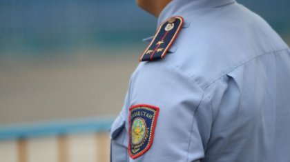 Дүкеншіні қаңғыбас арқылы арандатпақ болған полицейлер ВИДЕОға түсіп қалды