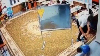 Желіде балабақша тәрбиешісі баланы ұрып соққан видеосы пайда болды