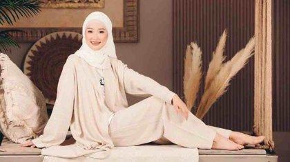 «Орамалыма қарсылық білдіргендер демалыңдар!»: әнші Мөлдір Әуелбекова хиджабын сынға алғандарға жауап берді
