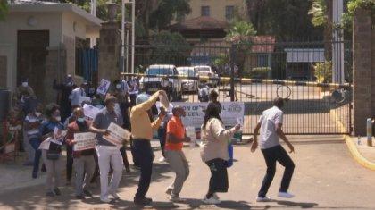 Кенияда медицина қызметкерлері шеруге шықты
