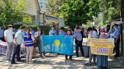«Қытай бізге жауап берсін. Олар жауыздық жасап отыр!»: Алматыдағы наразылық акциясы 100 күнге созылды