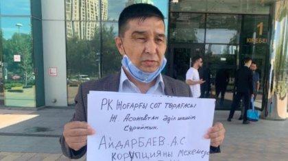 Нұр-Сұлтанда «Қазмұнайгаз» алдында жаңаөзендік мұнайшы жалғыз адамдық пикет өткізді