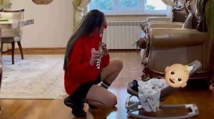 Баласын сыбызғы арқылы жұбатқан Айжұлдыз Адайбекова көпшілікті тәнті етті (ВИДЕО)