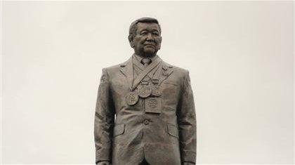 «Қылқынған галстук таққан «Жақаң» еш ұнамады»: Журналист Жақсылық Үшкемпіровтың ескерткішін сынап тастады