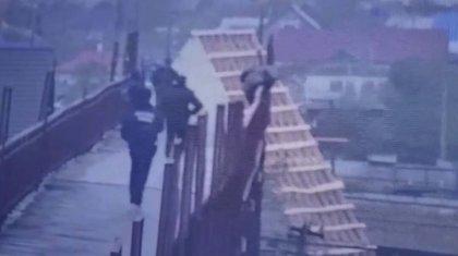 Көкшетауда полицейлер теміржол көпірінен секірмек болған әйелді құтқарды