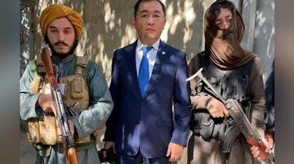 «Кепілге алған ба?»: Қазақстандық шенеунік «Талибанмен» бірге түскен суретін түсіндірді