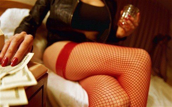 «50-дегі еркектерге дейін қызмет көрсетеміз»: Алматылық жезөкшелер оңай ақша тауып жүргендерімен бөлісті
