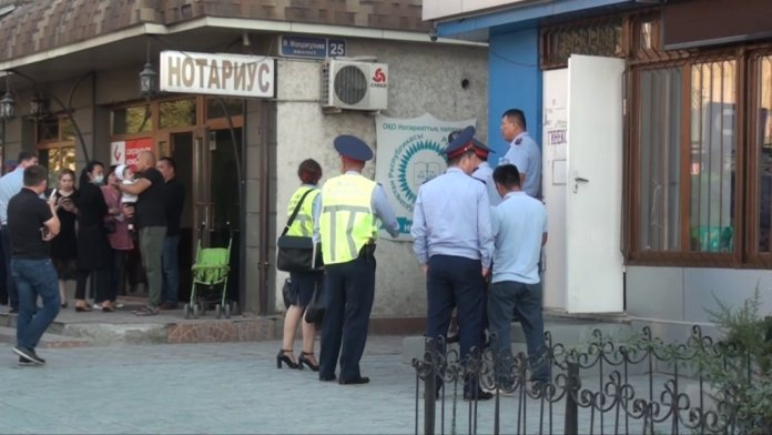 «Сынамасыз салды»: Шымкенттік полицей емханада екпеден кейін қайтыс болды
