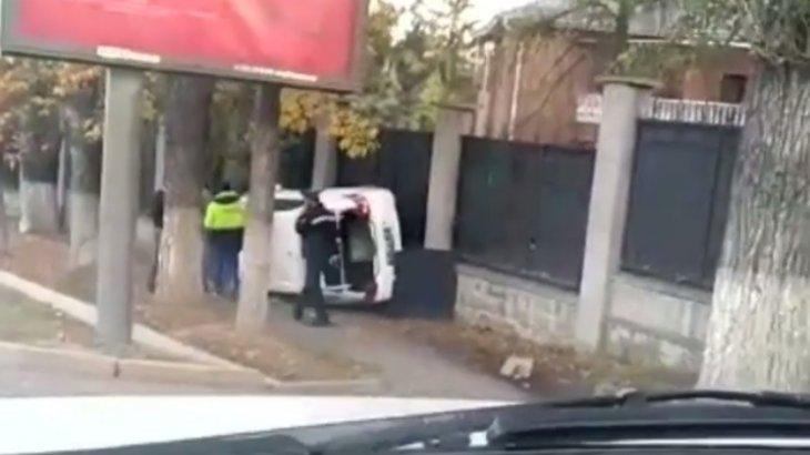 Алматыда су жаңа Toyota Camry 70 автокөлігі аударылып, жол жиегіне шығып кетті (ВИДЕО)