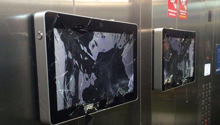 Астанаға келген шетел азаматы лифт ішіндегі мониторды қасақана сындырған (ВИДЕО)