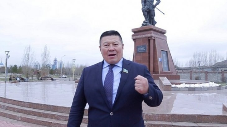 Депутат Бақытбек Смағұл аяздыгүні шешініп тастап, батырлар жырын оқыды (ВИДЕО)