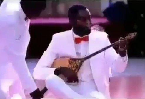 «Адай» күйін орындаған афроамерикалық жігіт жұрттың ықыласына бөленді (ВИДЕО)