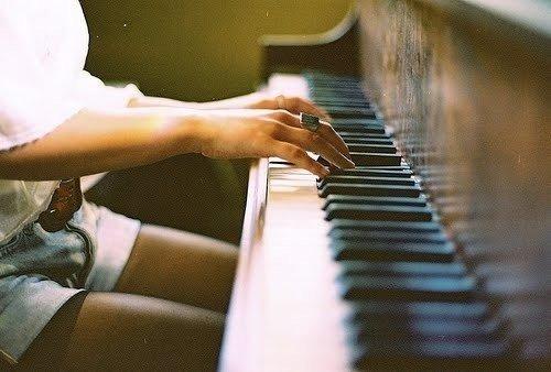 Пианинода ашық-шашық киіммен ойнаған қыз жұрттың ашуын туғызды (ВИДЕО)
