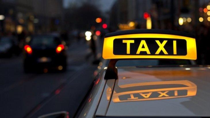 Такси жүргізушісі әмиянын көлігіне тастап кеткен бойжеткенді үйінің алдында 8 сағат күткен
