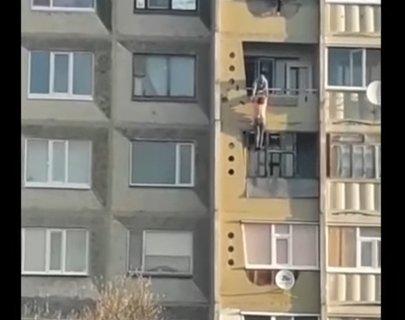 «Азаматтық некедегі күйеуімен ұрысып қалған»: Қостанай облысында әйел балконға ілініп қалды (ВИДЕО)