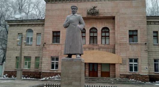 «Пенопласттан жасалған»: Қазақ даласында «қызыл қырғынды» жасаған Сталиннің ескерткіші Алматыда пайда болды
