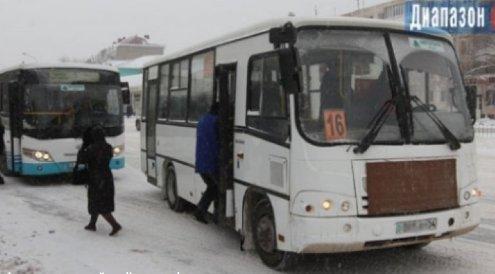 Ақтөбеде оқушы есігі ашық автобустан құлап кетті
