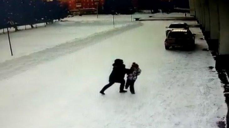 Полиция ШҚО-да көшеде 10 жасар қызға шабуыл жасаған әйелді ұстады