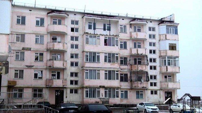 Таразда көпқабатты үйдің балконы құлады (ВИДЕО)