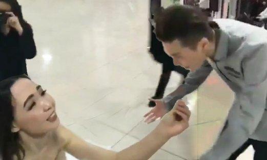 «Не істеп тұрсың?»: Алматыда жігітіне үйленуге ұсыныс жасаған қыз ұрыс естіп қалды (ВИДЕО)