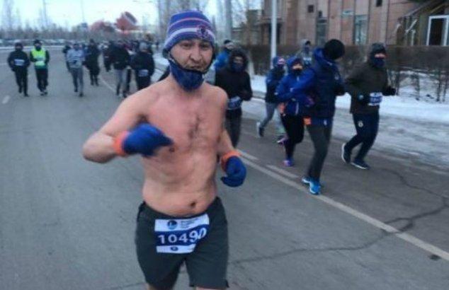 Астанада 25 градус аязда жартылай жалаңаш жүгірген ер адам жұртты таң қалдырды