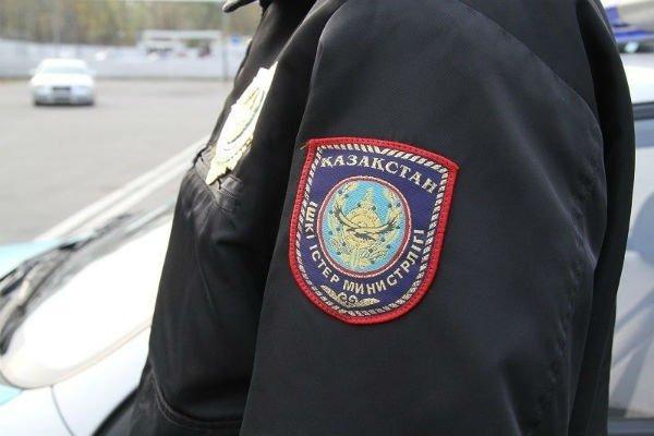 Алматыда мектеп-гимназияда полицейдің баласы оқушылардан ақша сұрап келген