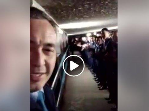 «Полиция бандиттері»: Желіде әріптестерін жаңа жылмен құттықтаған полицейдің видеосы жұрттың ашуына тиді (ВИДЕО)
