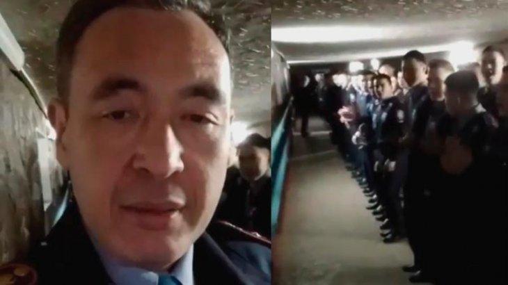 «Бандамыз!»: Әріптестерін жаңа жылымен құттықтаған полицей қызметінен қуылды