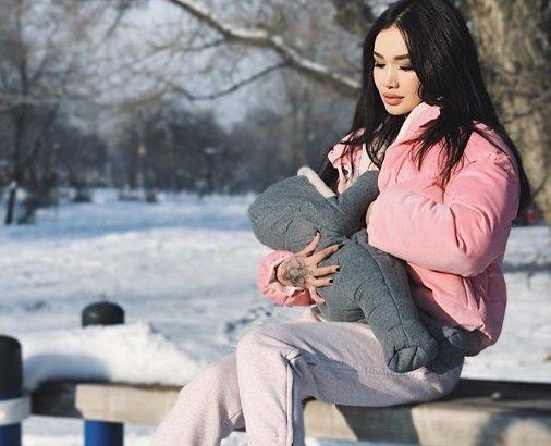 «Суық тимей ме?»: Қақақған қыста баласын далада емізген Айжан Байзақоваға жұрт ашуланды