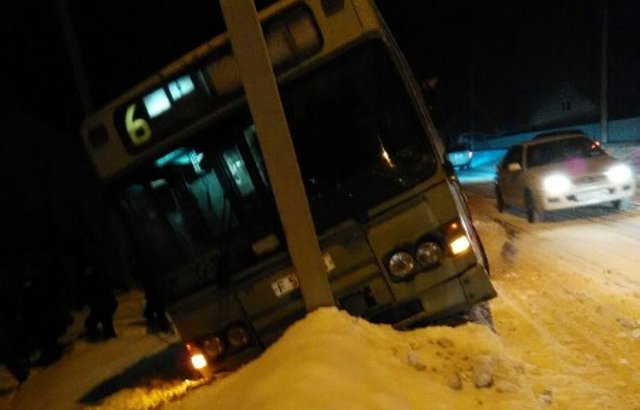 Өскеменде тағы бір автобус жолдан шығып кетті