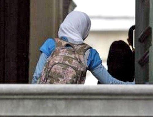 Ақтөбеде хиджаб шешуден бас тартқан екі оқушының ата-анасына айыппұл салынды