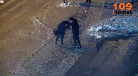 «5 адам қарап тұр»: Астанада ер адамның әйелді көшеде сабап тастаған видеосы жарияланды (ВИДЕО)