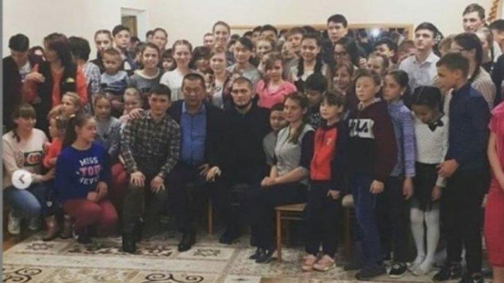 Хабиб Нурмагомедов приехал в Караганду и встретился с воспитанниками детдома