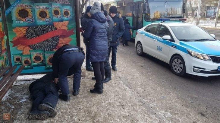 Мужчина скончался на остановке на глазах у прохожих в центре Караганды