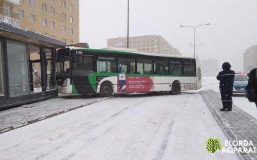Автобус врезался в теплую остановку в Астане
