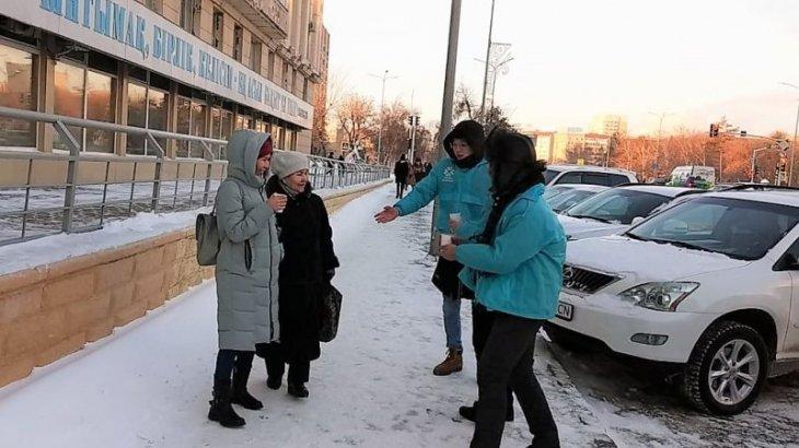 Горячим чаем и баурсаками согревают замерзших жителей столицы