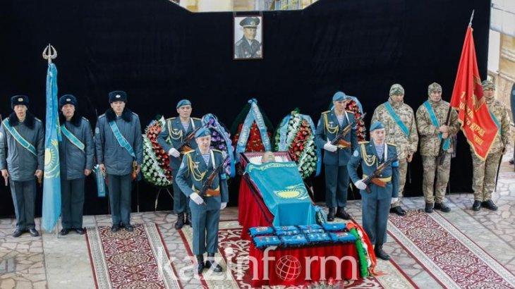 Алматылықтар аты аңызға айналған «Қара майормен» қоштасып жатыр