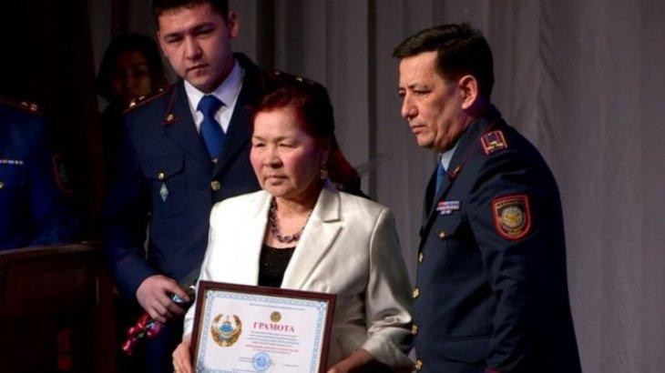 Женщину, которая спасла мальчика от педофила, наградили в Шымкенте
